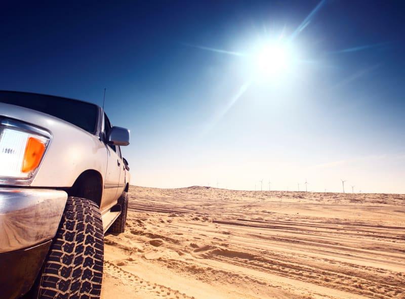 Voiture dans un désert