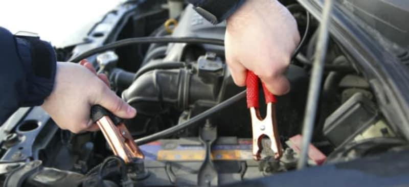 Comment démarrer votre voiture en panne de batterie