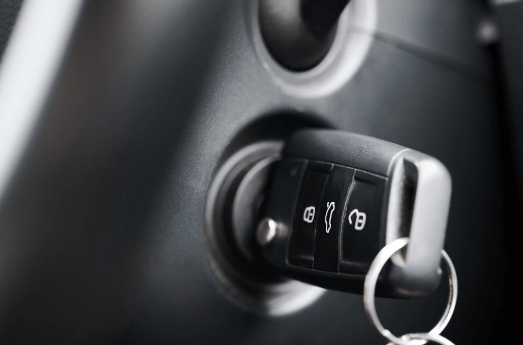 Schwarzer Autoschlüssel im Zündschloss