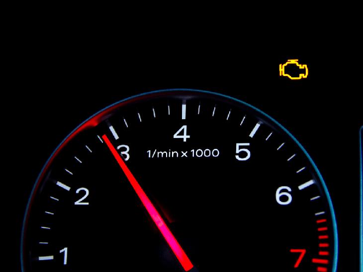 Drehzahlmesser im Auto