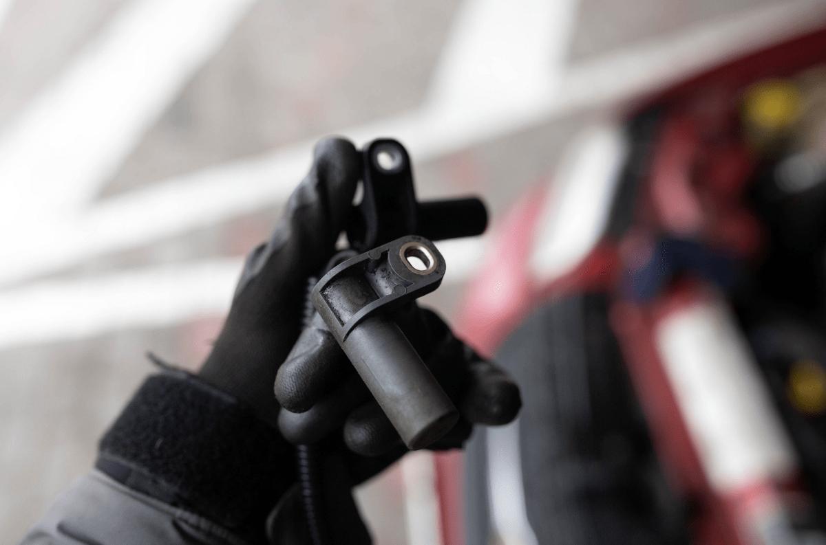 capteur PMH dans les mains d'un mécanicien