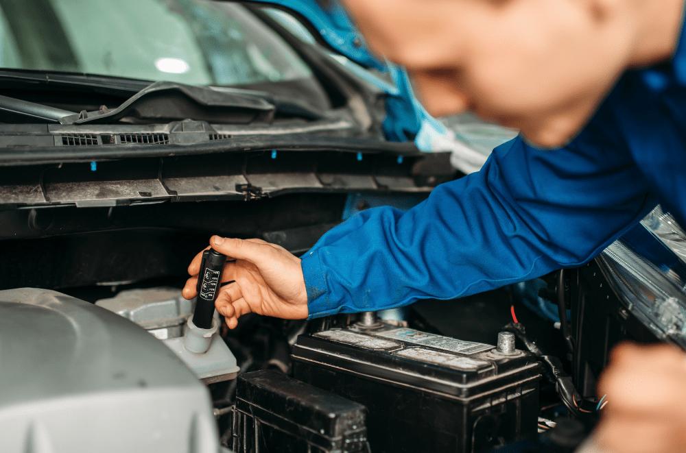 mécanicien vérifie liquide de frein