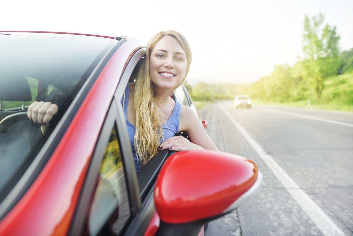 femme heureuse en voiture