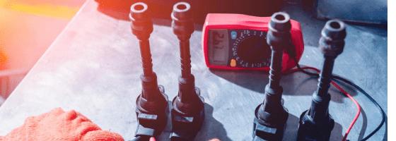 mécanicien testant bobines d'allumage appareil obd