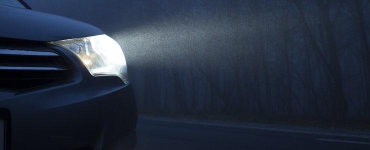 Biler med lygtefejl fylder de mørke vinterveje