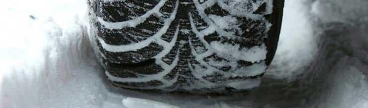 Winterreifen bei Schnee und Herbstlaub