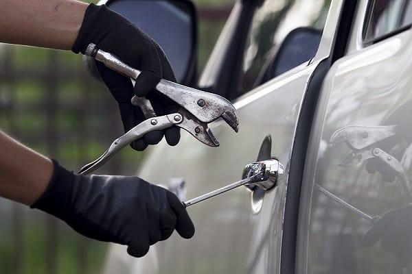 En minskning av bilstölder och stölder ur och från bilar i Sverige visar brottsstatistik