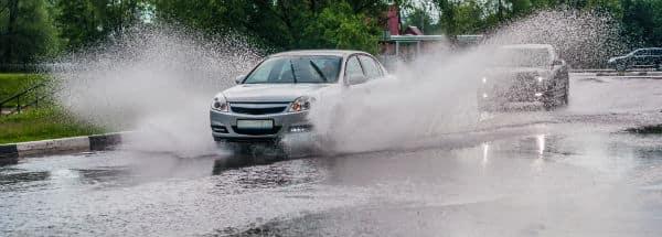 Skybrud oversvømmer bilen