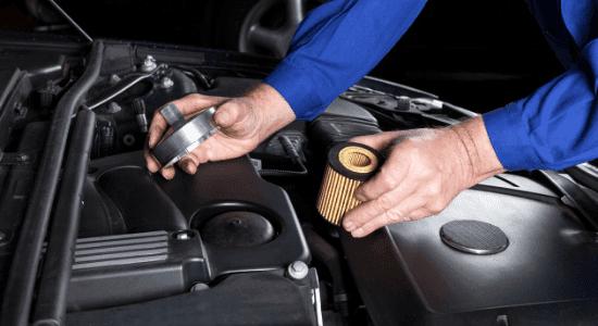 Mechaniker ersetzt Kraftstofffilte