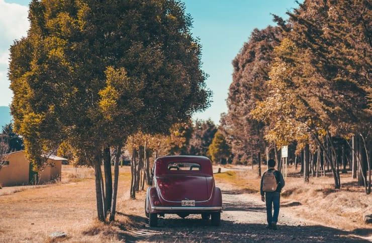 voiture garée à l'ombre
