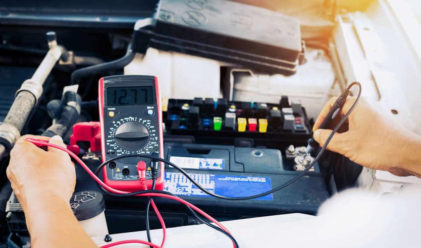 Kontroller eller udskiftning af bilbatteri