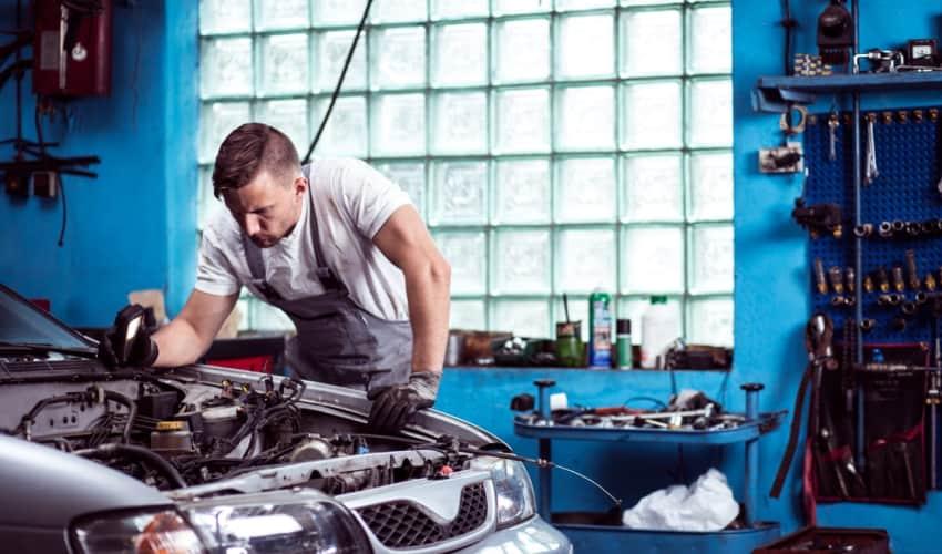 Serviceeftersyn af bil