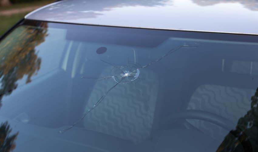 Reparation af stenslag i forruden på bilen