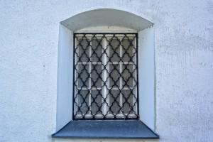 innen angebrachte fenstergitter als sicherer einbruchschutz. Black Bedroom Furniture Sets. Home Design Ideas