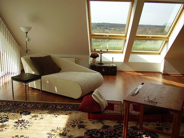 gegen hitze hilft auch am dachfenster ein rollo. Black Bedroom Furniture Sets. Home Design Ideas