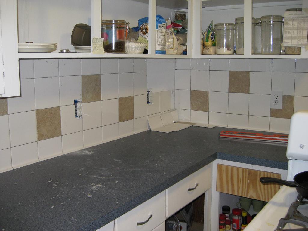 alte k chenfliesen entfernen oder streichen lassen. Black Bedroom Furniture Sets. Home Design Ideas