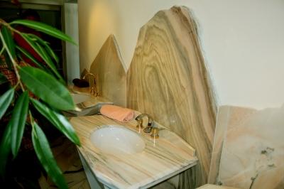 naturstein waschtisch eleganz im badezimmer. Black Bedroom Furniture Sets. Home Design Ideas