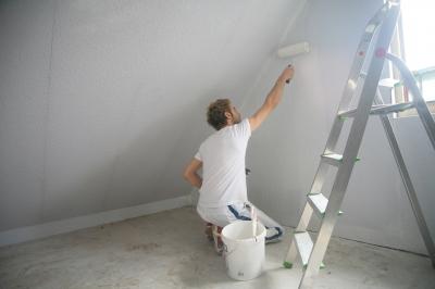 Decken Zu Tapezieren Erfordert Das Schwierige Überkopf Arbeiten Auf Einer  Leiter.