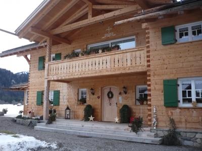 Holzhaus in ländlicher Gegend