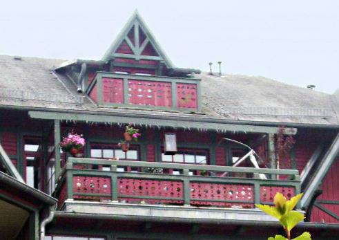 eine dachgaube mit balkon macht jedes haus zum aussichtspunkt. Black Bedroom Furniture Sets. Home Design Ideas