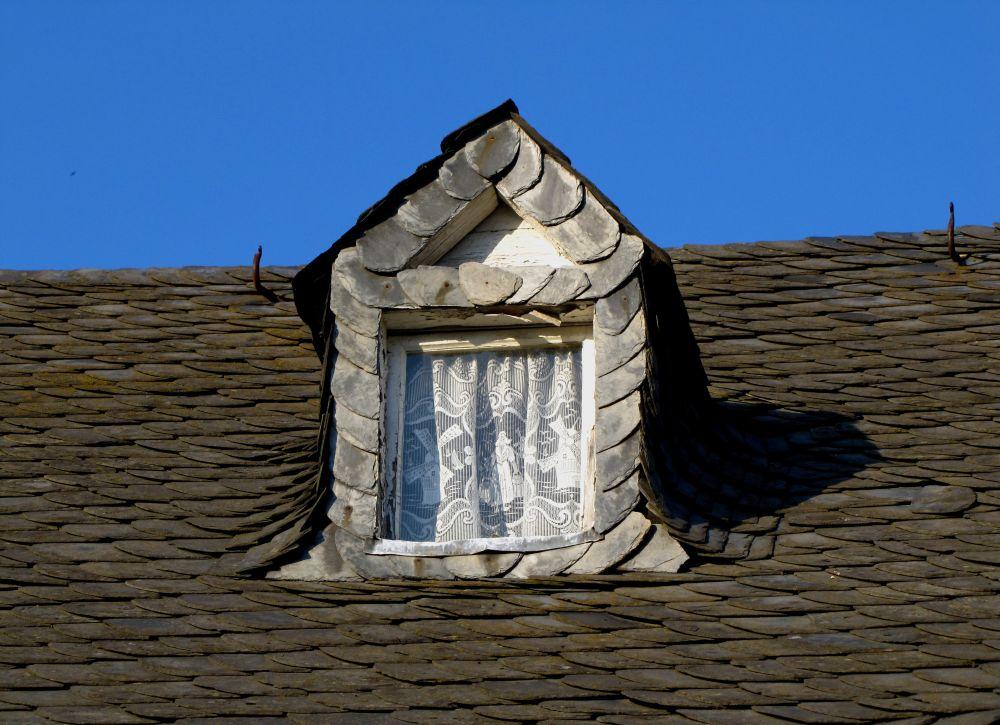 schieferplatten am dach sorgen f r abwechslung interessante effekte. Black Bedroom Furniture Sets. Home Design Ideas