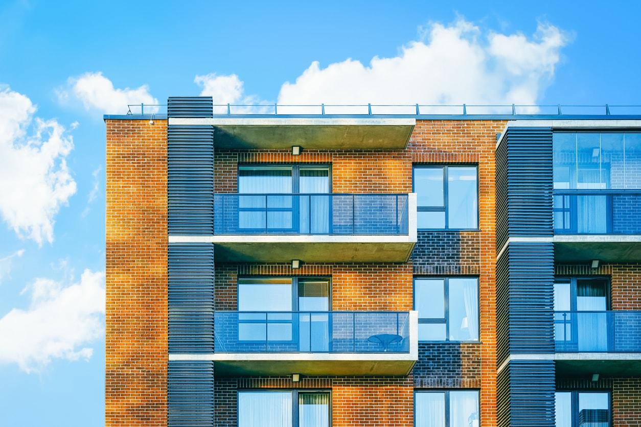 windschutz aus glas varianten f r balkon terrasse. Black Bedroom Furniture Sets. Home Design Ideas