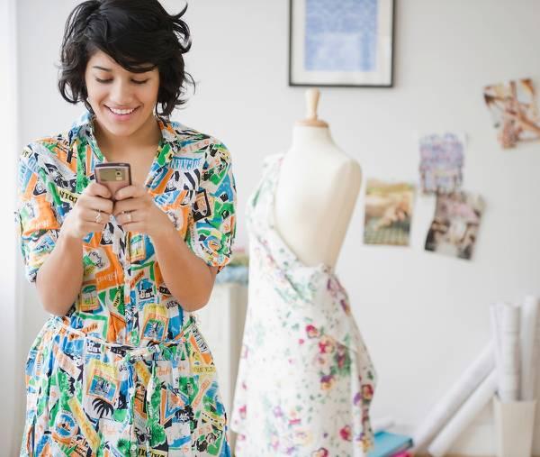 在庫用に商品をオンラインで購入するドレスショップのオーナー。