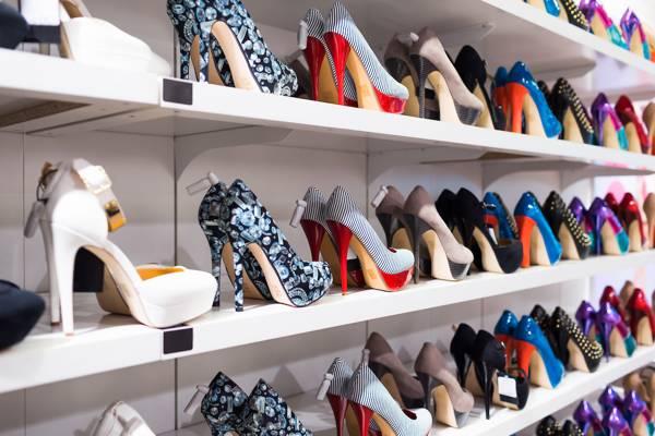 靴が陳列された棚