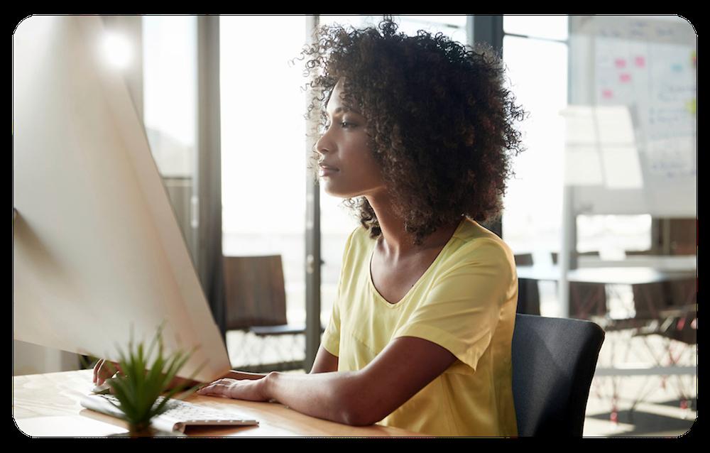 コンピュータの前に座り、Channel Order App を使用して注文を作成する女性