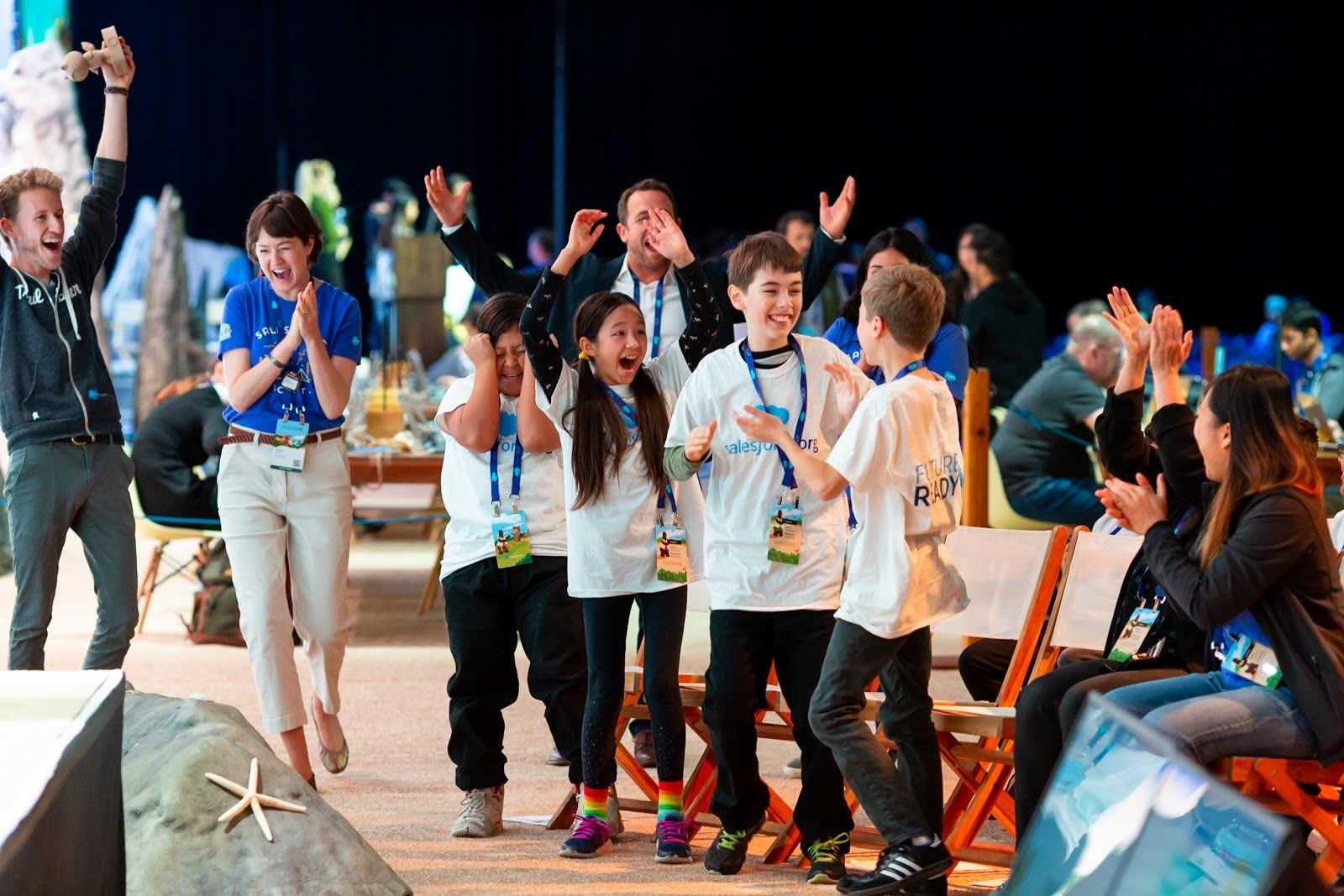 A equipe vencedora, Denman Middle School, comemora sua vitória no TrailheaDX 2019.
