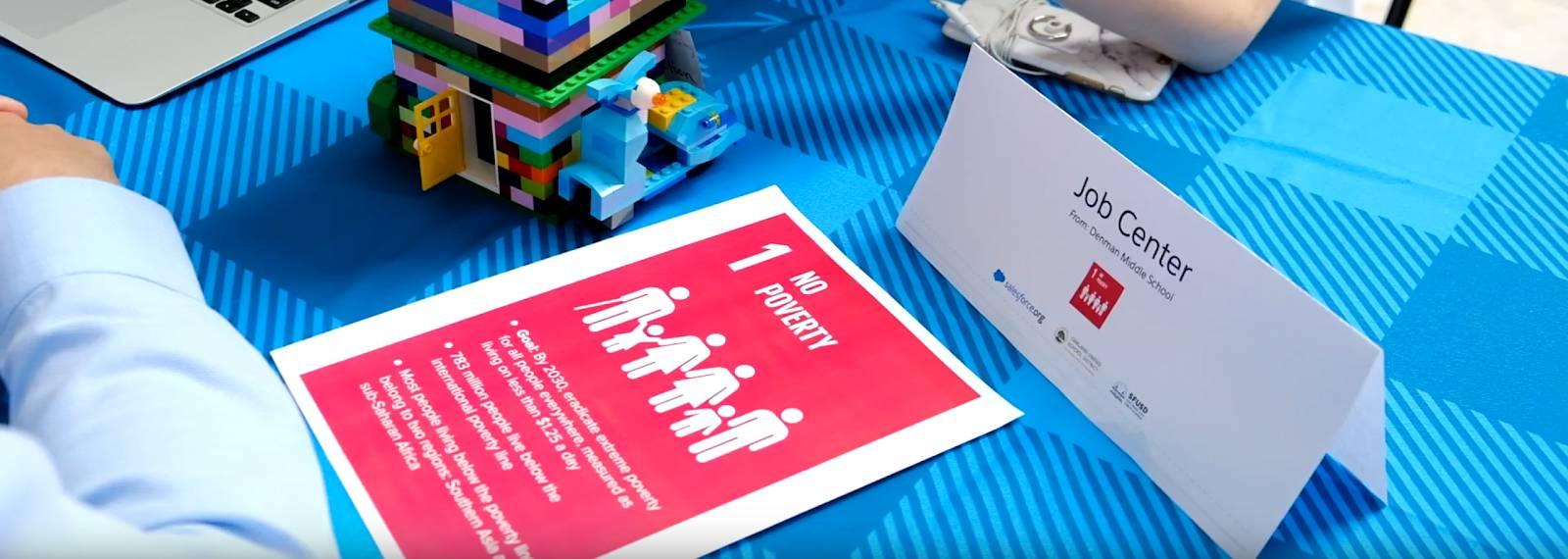 Exemplo de sinalização do grupo estudantil de uma Maker Faire da Salesforce realizada na área da baía de São Francisco