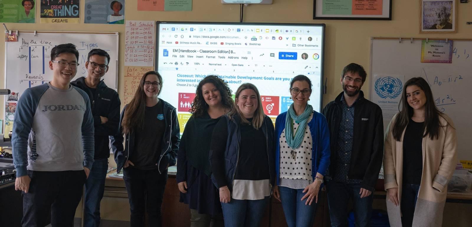 Alguns voluntários da Rockstar com a Sra. Monova da escola Francisco Middle School (SFUSD)