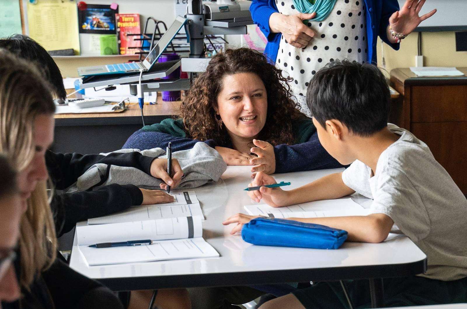 教室で中学生と一緒に取り組んでいる Salesforce のボランティア。