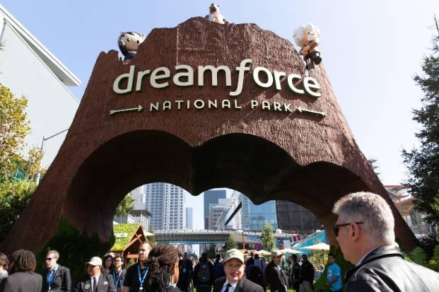 在Dreamforce期间,人们通过Dreamforce国家公园区域的入口归档。