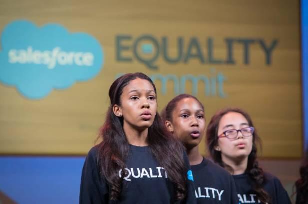 平等主题演讲的开幕涉及合唱团。