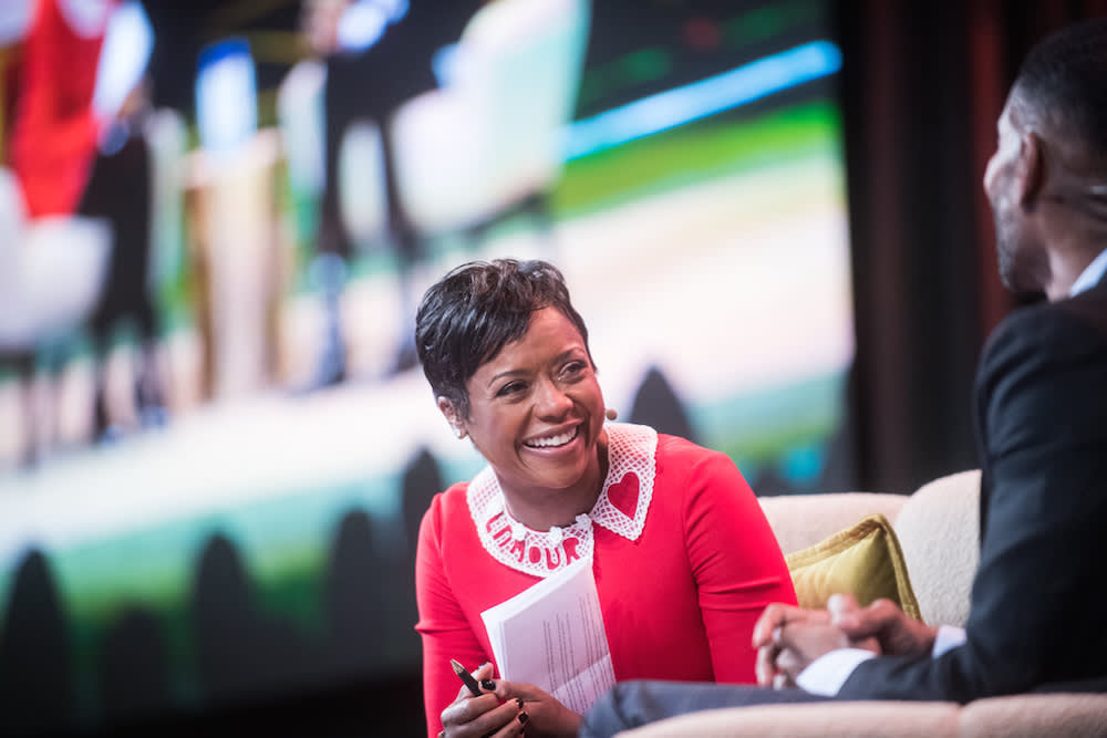 Mellody Hobson sourit sur son portrait au Dreamforce Equality Summit en 2017.