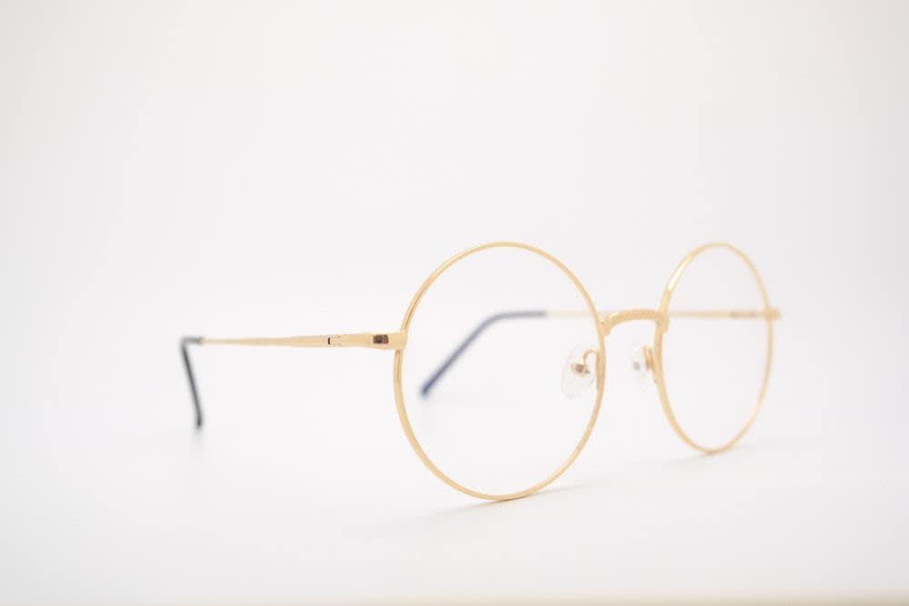 Eine Brille vor weißem Hintergrund