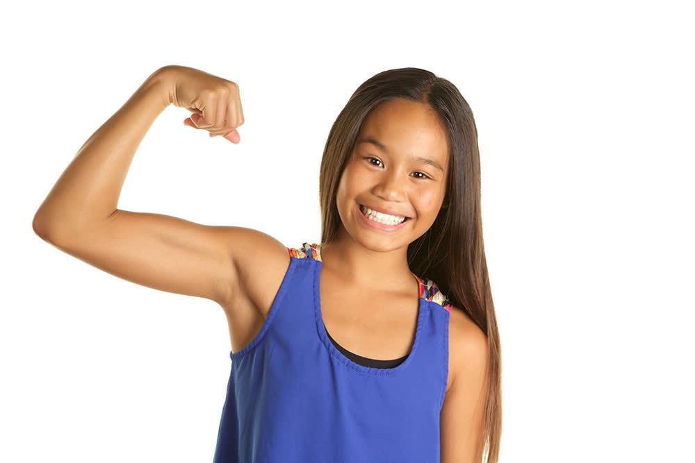 Una foto de una chica joven flexionando sus músculos.