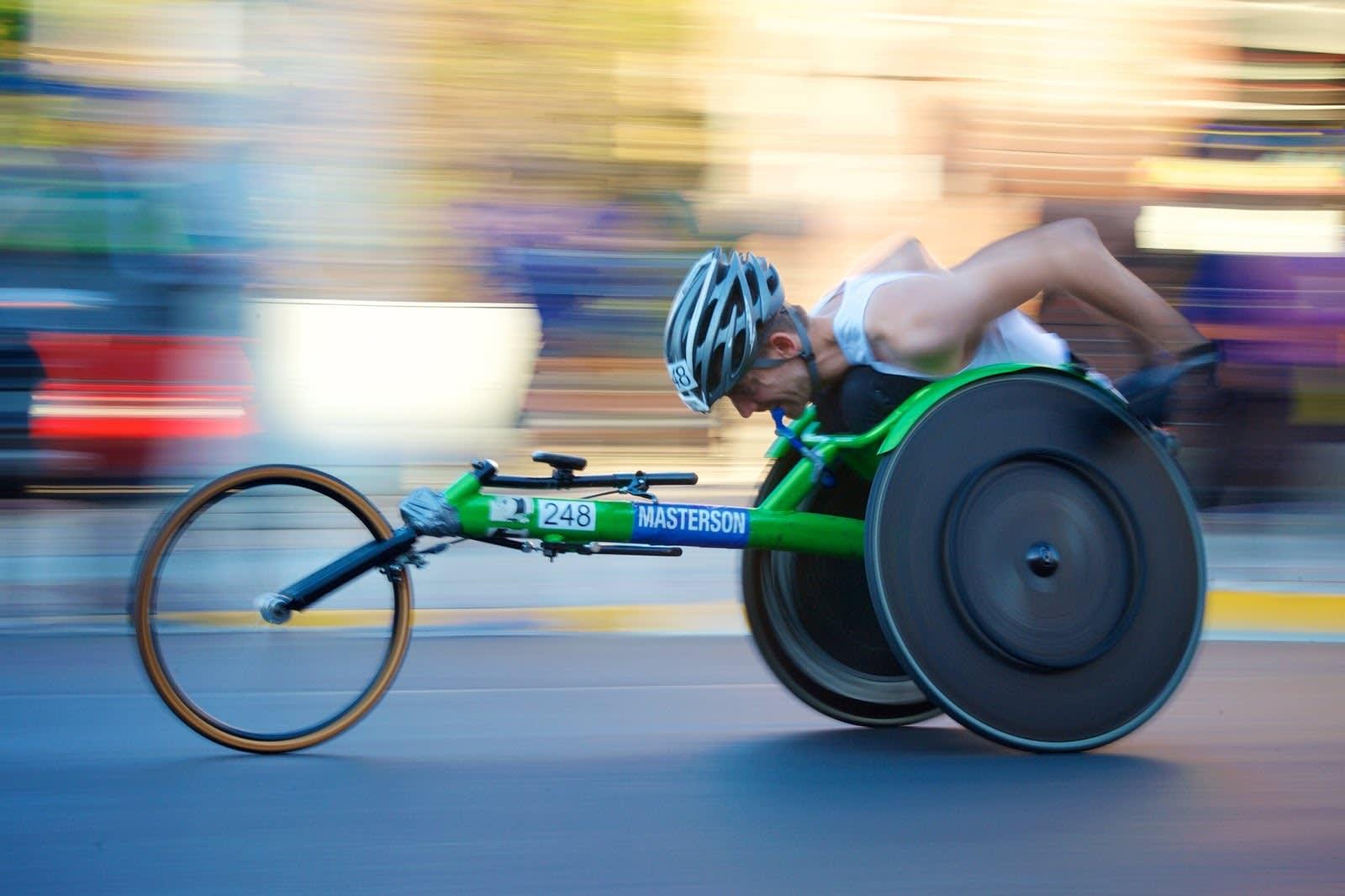 Un atleta con discapacidad compitiendo en una carrera.