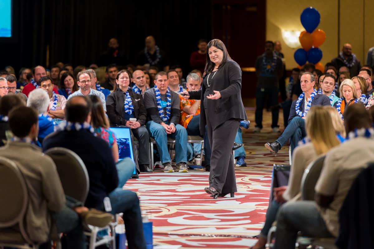 Foto einer Salesforce-Präsentation in der Runde