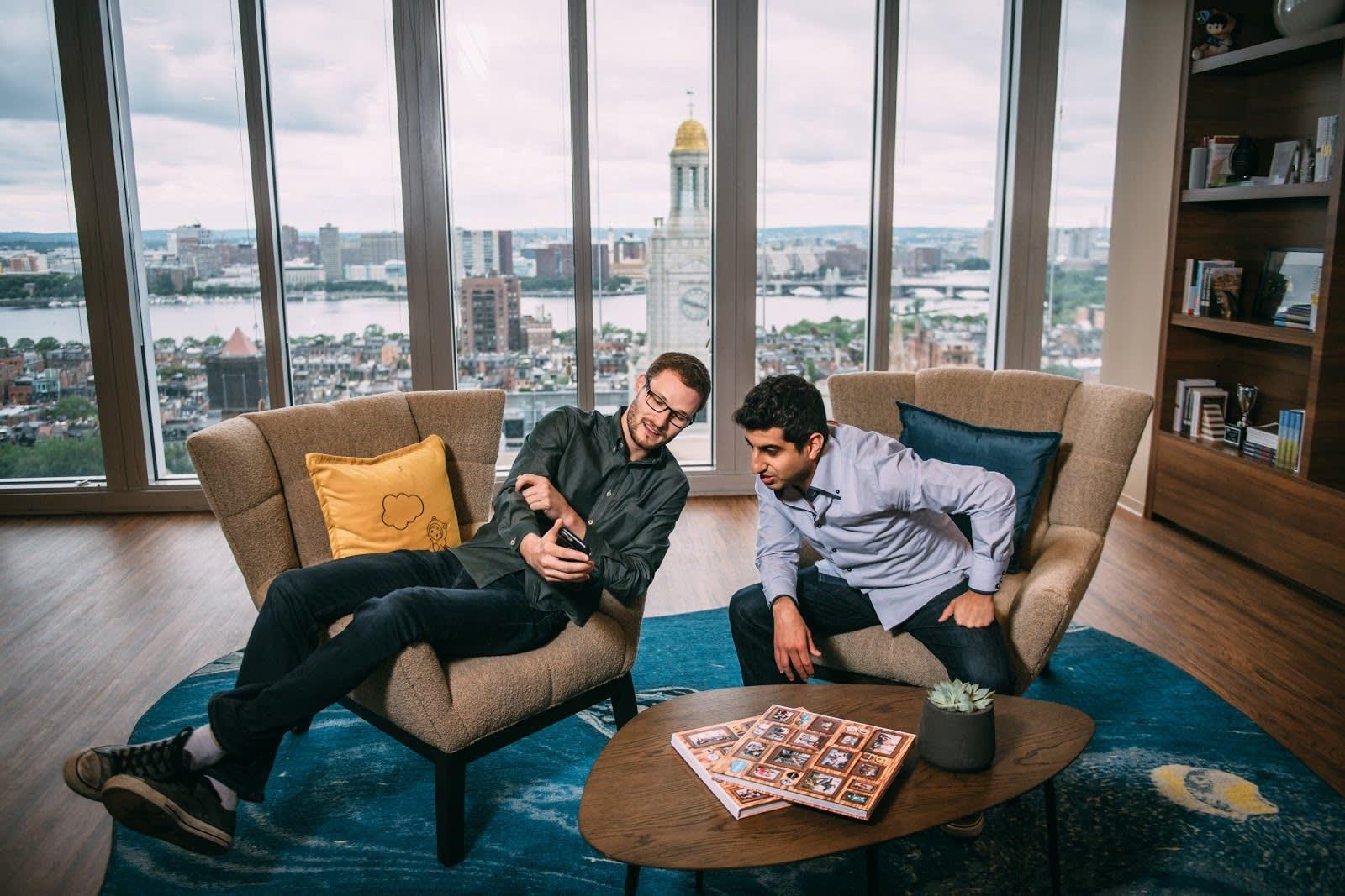 Photos d'employés dans la salle commune du bureau Salesforce de Boston.