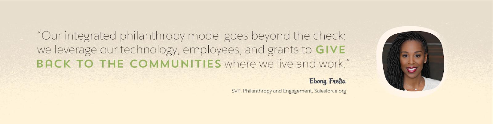 Salesforce.org の慈善およびエンゲージメント担当 SVP である Ebony Frelix と、「Salesforce の包括的な慈善事業モデルは小切手の数字で表せるものではありません。テクノロジ、従業員、助成金を活用することで、私たちが生活し、働くコミュニティへの社会貢献を果たします」という同氏の引用を示すグラフィック