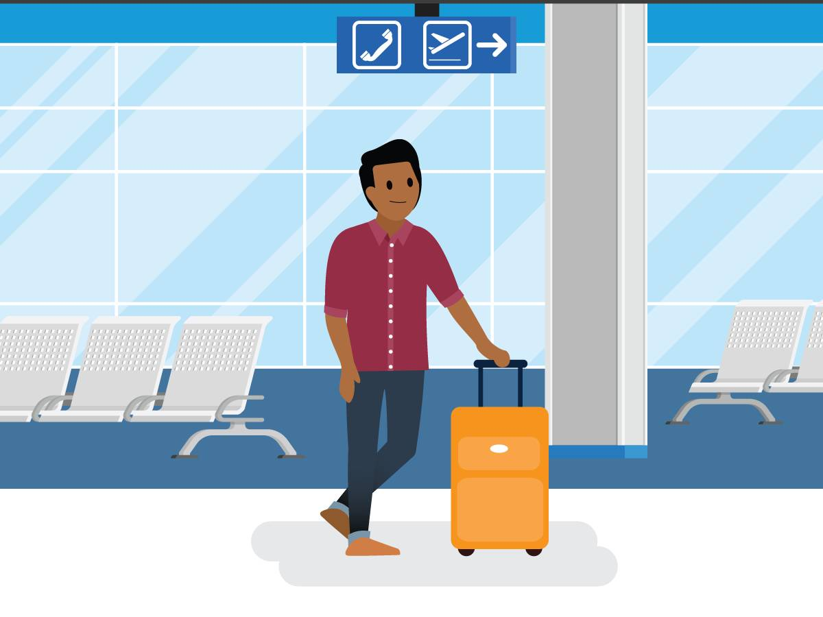Um homem andando por um aeroporto.