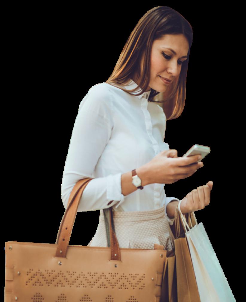 携帯電話で買い物をしている女性