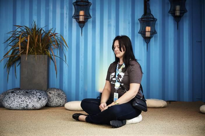 Femme en train de méditer lors de Dreamforce.