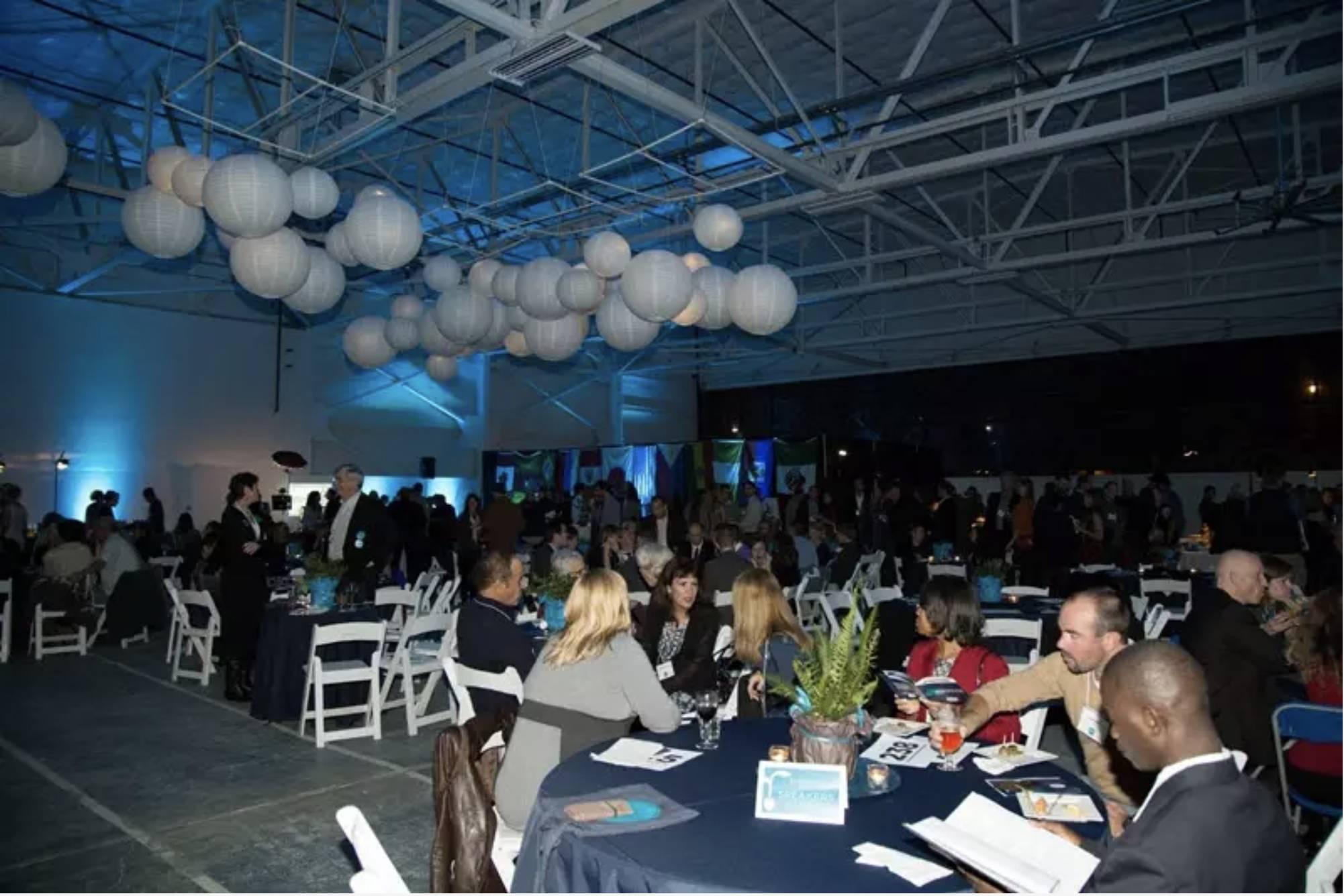 Participantes da angariação de fundos anual da EarthCorps convivem nas mesas.