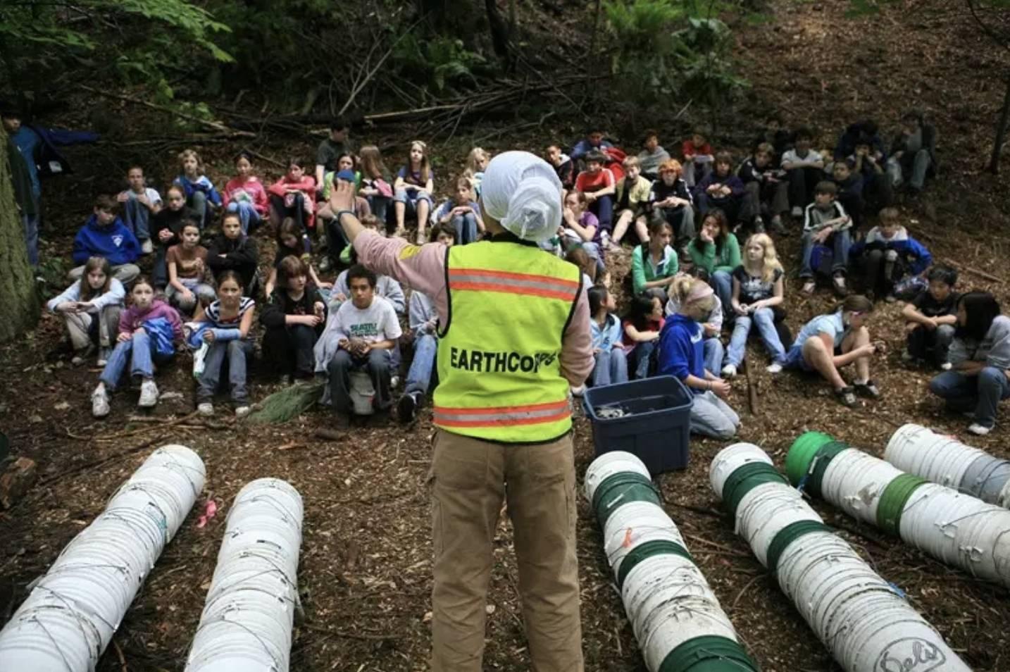 Imagem de voluntários da EarthCorps em uma floresta.
