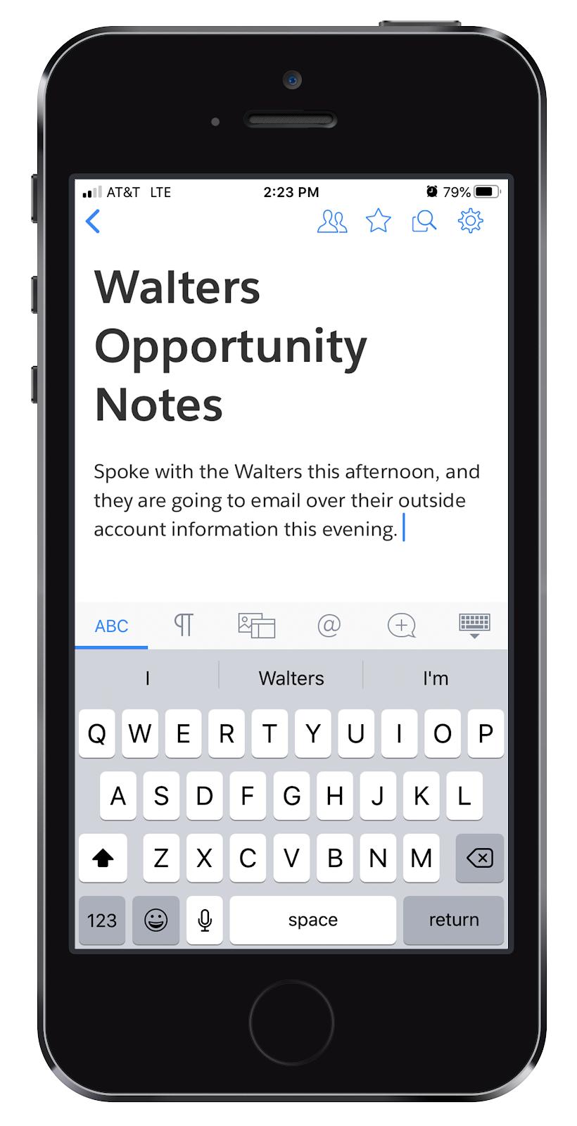 Un téléphone portable où l'on peut voir les modifications apportées par Damien aux notes d'opportunité des Walters dans Quip.