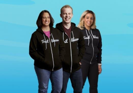 Trailblazer パーカーを着た 3 人の画像