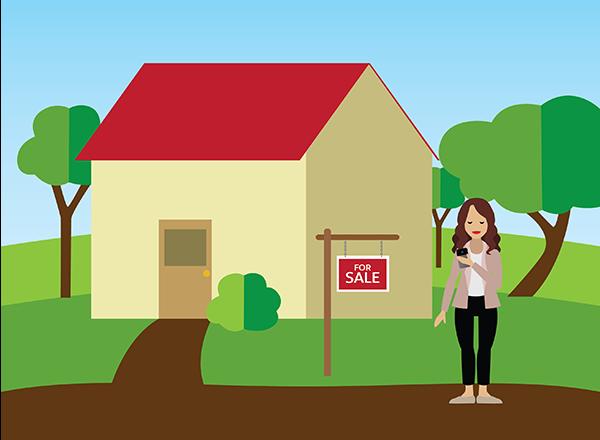 Eine Maklerin, die vor einem zum Verkauf stehenden Haus auf ihr Smartphone guckt